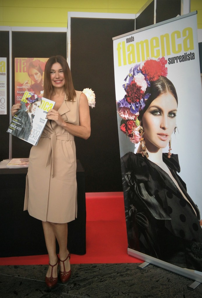 Raquel con revista Surrealista