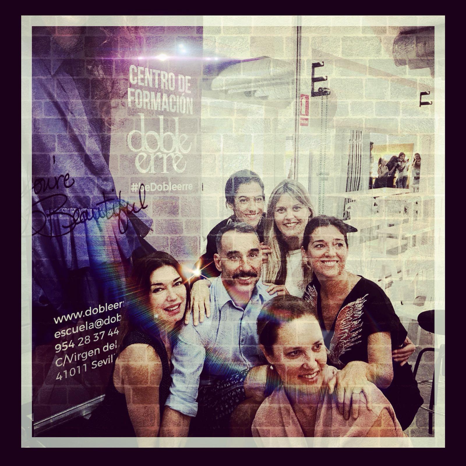 Junto a los profesores y compañeros de Doble Erre: Manuel Cecilio, Cristina Marín, Martha García Castrilllón, Victoria Pozuelo y Beatriz Sánchez Misir, nueva directora de la escuela.