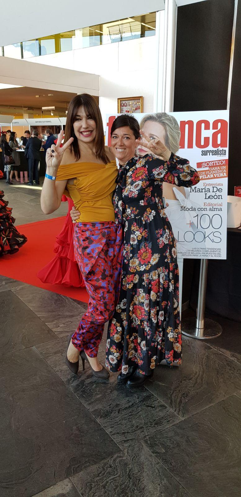 Acompañada de Victoria Pozuelo, subdirectora de la revista Surrealista Moda Flamenca